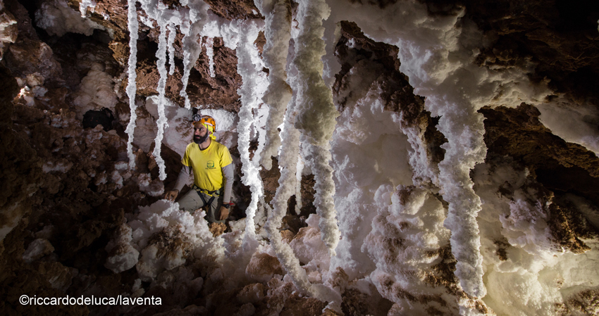A trip to the extraterrestrial environment of caves in salt in Chile